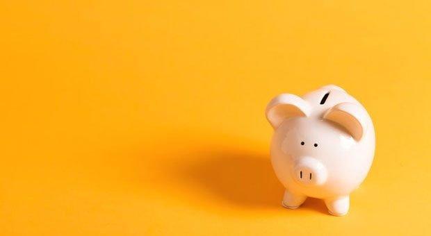 Ein Arbeitgeberdarlehen kann helfen, das Sparschwein von Mitarbeitern leihweise zu füllen.