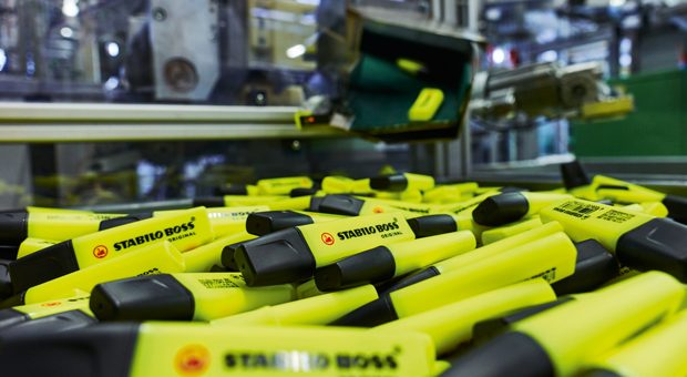 Textmarker in der Produktion von Schwan-Stabilo - jeder zweite in Europa verkaufte Marker stammt aus der fränkischen Firma.