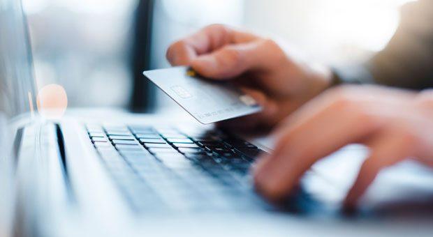 Die neue EU-Richtlinie PSD2 soll das elektronische Bezahlen sicherer machen - gerade bei Onlinekäufen.