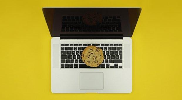 Das Thema Cookie-Hinweis geht vielen auf den Keks. Doch wer Bescheid weiß, muss kein DSGVO-Bußgeld fürchten.