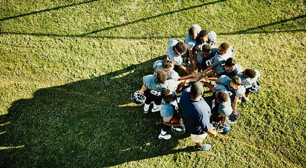 Kurz die Köpfe zusammenstecken: Der Daily Huddle hilft Firmen wie Sportlern, schnell Absprachen zu treffen.