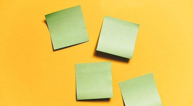 Post-its und eine Wand - mehr brauchen Sie nicht, um Aufgaben auf einem Personal-Kanban-Board zu organisieren.