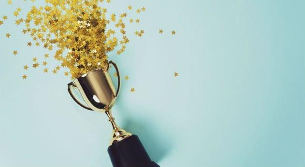"""Einen Pokal und Goldregen gibt's nur für Gewinner. Sie profitieren langfristig vom """"The winner takes it all""""-Effekt."""