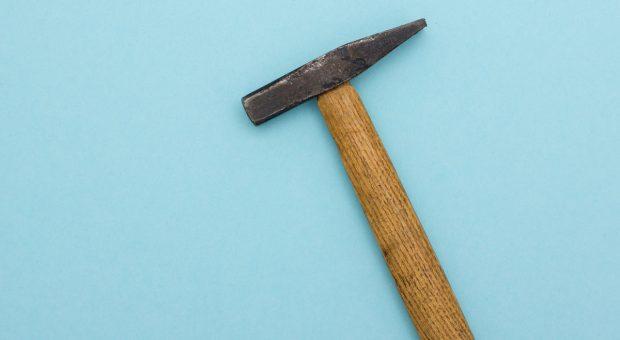 Destruktive Kritik kann wie ein Schlag mit dem Hammer sein: Sie zerstört viel, führt aber nicht ans Ziel.