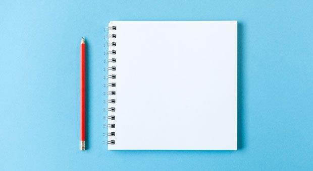 Drei Blatt Papier, ein Stift und eine halbe Stunde Zeit - mehr braucht man nicht, um Morgenseiten zu schreiben.