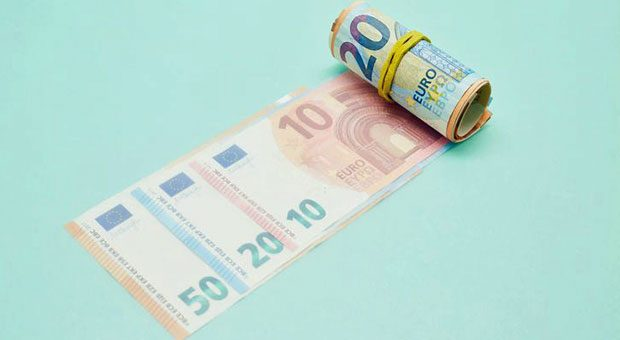 Wer Freelancer beschäftigt, muss ein paar Geldbündel hergeben: Laut Freelancer-Kompass steigt ihr Honorar.