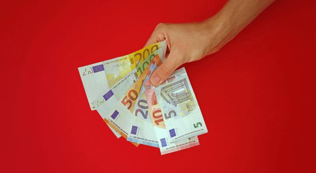 Jedes Jahr freiwillig Urlaubs- oder Weihnachtsgeld zahlen? Aufgepasst! Daraus könnte eine betriebliche Übung entstehen.