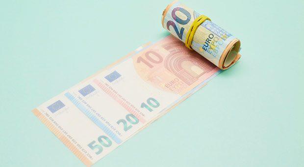 Geld bekommen auch arbeitsunfähige Mitarbeiter, sie haben einen Anspruch auf Lohnfortzahlung im Krankheitsfall.