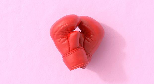 Bei Streit im Team die Boxhandschuhe zücken? Der Einstieg in Konfliktgespräche gelingt auch eleganter.