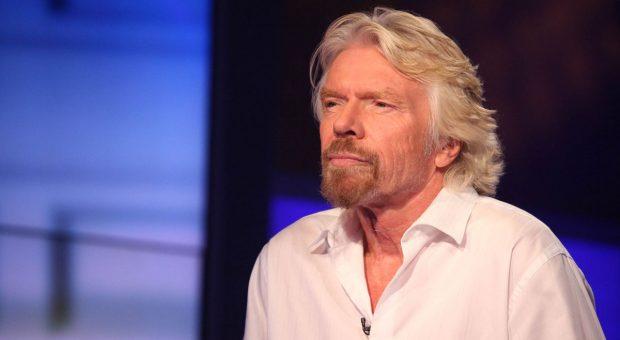 Unternehmer Richard Branson im weißen Hemd