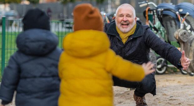 Unternehmer Mike Adams zieht Kraft aus der gemeinsamen Zeit mit seinen zweijährigen Enkeln.
