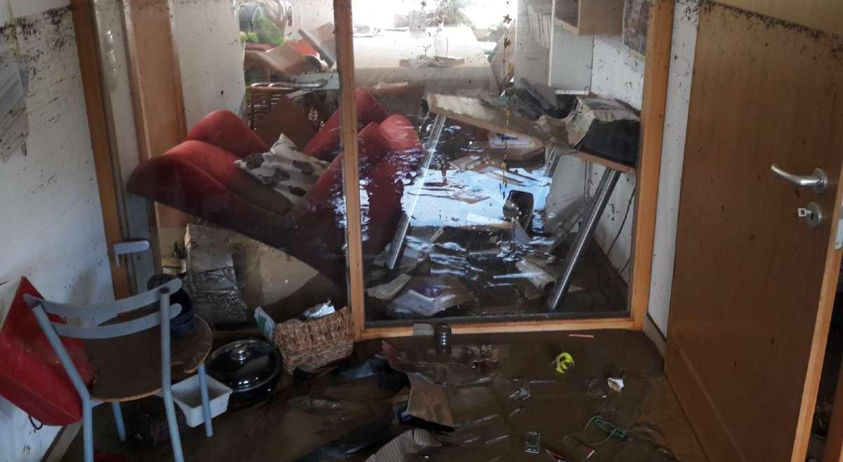 Das Schlammwasser hat die Möbel verschoben.